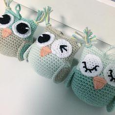 """108 Synes godt om, 10 kommentarer – Pernille Overgaard Jørgensen (@oj_haeklerier) på Instagram: """"Små ugler til barnevognskæde i nye fine farver ☺️ #hæklet #barnevognskæde #crochet…"""""""