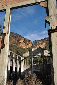 Shale Oil Works abandoned in 1952. Glen Davis, Capertee Valley, New South Wales, Australia. Located at the base of the western side of the Blue Mountains, ~ 3 hours drive from Sydney. More http://www.pinterest.com/deyzel/group-abandoned-ghost-towns-structures/