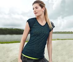 39,95 zł Funkcjonalna i modne: lekko przezroczysta koszulka sportowa – idealna do noszenia warstwowo na innej koszulce. Lekki, elastyczny materiał. Oddychająca i odprowadzająca wilgoć z powierzchni ciała. Odblaskowy nadruk.   Kolor: ciemnoołowiany.