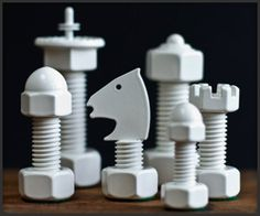Wonderful chess set, made of hardware nuts and bolts!! Ferramenta do jogo de xadrez