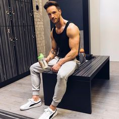 Sitting around being elegant and sporty while panhandling Sport Fashion, Fitness Fashion, Mens Fashion, Sport Outfits, Casual Outfits, Men Casual, Gym Outfits, Fitness Outfits, Bodybuilder