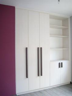 Ντουλάπα με μονοκόμματες πόρτες από μελαμίνη Egger και λακαριστά πόμολα.