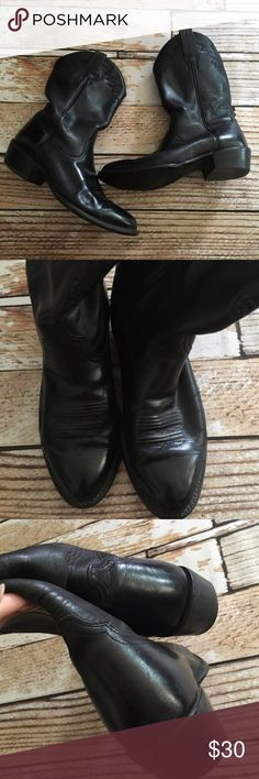 "Ariat mens black leather cowboy boots size 9 Ariat mens black leather cowboy boots size 9. The rubber on the heel of left shoe is worn off as seen but the boots themselves are in good pre lived condition.   🍥Bundle deals available (I carry various sizes and brands in my closet): 2 items 10% off, 3 items 15% off, 4 items or more 20% off.  🍥No trades, modeling, or lowball offers please. 🍥All reasonable offers accepted only through ""offer"" button. Please submit offer willing to pay as I…"
