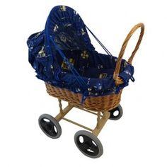 Poppenwagen riet stoffen beer raam   Liesjes Speelgoed Deze rieten poppenwagen met een blauwe stoffen bekleding Het kapje van dit leuke poppenwagentje kan worden neergeklapt.  De wielen zijn voorzien van een rubber loopvlak  poppen wagen blauw ; lengte 52 cm  Duwhhogte 61 cm