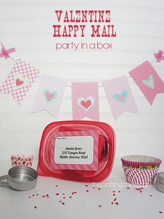 Send a box of Valentine Happy Mail to those you love this year! Valentine's Day is hands down my favorite time of year to send mail. A pink envelope in the mailbox is a very Valentines Day Food, My Funny Valentine, Valentine Day Crafts, Valentine Party, Valentine Banner, Valentinstag Party, Party Box, Happy Hearts Day, Pink Envelopes