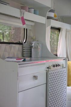 Best Picture Of Complete Rv Camper Remodel For Travel - Auto und Mädchen - Wohnwagen Retro Caravan, Camper Caravan, Gypsy Caravan, Rv Campers, Happy Campers, Caravan Ideas, Camper Trailers, Gypsy Wagon, Camper Van