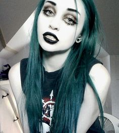 emerald forest green hair and gothic makeup Gothic Makeup, Dark Makeup, Nu Goth Makeup, Fantasy Makeup, Goth Beauty, Dark Beauty, Beauty Makeup, Eye Makeup, Soft Grunge Hair