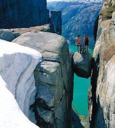Kliv ut på Kjeragbolten – om du vågar 1084 meter över fjordytan reser sig Kjeragsklippan. För de flesta räcker det att vandra upp för att njuta av utsikten. Men de riktigt våghalsiga tar klivet ut – på Kjeragsbolten.