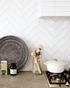 23 Neat Clutter-Free Kitchen Countertop Ideas to Keep Your Kitchen in Tip-top Shape - The Trending House Kitchen Colors, Kitchen Backsplash, Kitchen Countertops, Kitchen Interior, New Kitchen, Kitchen Dining, Interior Design Advice, Interior Desing, Herringbone Tile