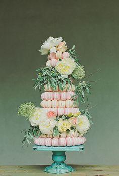 Torre de macarons com flores