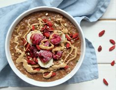 Fast and easy oats vegan recipe for a nutritious breakfast with of Protein per serving. Chocolate Protein, Vegan Chocolate, Nutritious Breakfast, Oatmeal, Vegan Recipes, Easy, Food, The Oatmeal, Rolled Oats