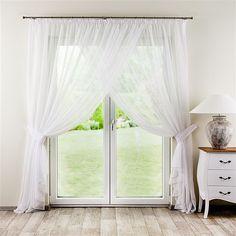 Die seidig-zarte Gardine lässt das Zimmer #romantisch und #verspielt wirken.