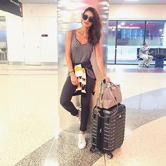 Ready to fly again!✈️ #AirportLife -------- Sim, de novo!!! ✈️ Haha Ansiosa para encontrar vocês amanhã na @livrariadavila do JK Iguatemi de SP!!! @voguebrasil @fhits