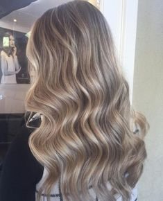 Trendfrisuren Baby trend, akkurater Mittelscheitel oder The french language Slice Kick the bucket Frisurentrends Champagne Blonde Hair, Champagne Hair Color, Hair Color Guide, Blonde Hair Looks, Baby Blonde Hair, Hair Extensions Best, Blonde Balayage, Ashy Blonde, Hair Shades