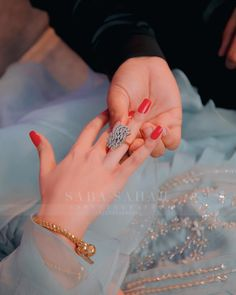 #pakistaniweddings #bridal #bride #pakistanifashion Beautiful Girl In India, Beautiful Blonde Girl, Beautiful Girl Image, Beautiful Hands, Hand Pictures, Cute Love Pictures, Hand Pics, Wedding Couple Poses Photography, Fancy Jewellery