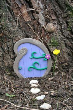 Porte de fée en bois violette et pâte polymère - Féérie intérieur ou extérieur - Fairy Door : Décoration pour enfants par boisdesoluthe