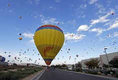 Um balão aterrissa em uma estrada em Albuquerque, Novo México, durante a Balloon Fiesta