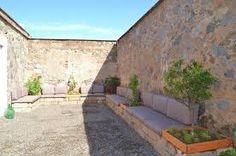 Gårdhave - bænk op ad mur