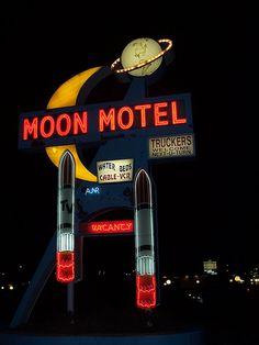 So Retro in look--Neon Moon Motel Sign Neon Licht, Vintage Neon Signs, Retro Vintage, Vintage Ideas, Vintage Stuff, Water Bed, Old Signs, Googie, Retro Aesthetic