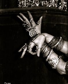 """Ruth St Denis, See also"""", mains, bijoux indiens Tribal Fusion, Style Indien, Nickolas Muray, Tribal Belly Dance, Belly Dance Costumes, Dance Art, Dance Pics, Dance Music, Lets Dance"""