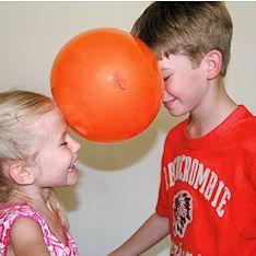 Ein Klassiker für den Kindergeburtstag: Beim Ballon Tanz kommen sich Kinder schon ein wenig näher und das macht natürlich den Reiz des Spiels aus!