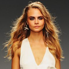 Are you fan of Cara Delevingne? Would you want to look like to her? Here are 20 gorgeous Cara Delevingne's long hairstyles. Latest Haircuts, Trending Haircuts, Beach Wave Hair, Natural Wavy Hair, Topshop Unique, H Style, Cara Delevingne, Brown Hair, Hair Cuts
