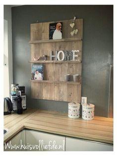 Keukenrek,Tijdschriftenrek steigerhout,Www.huisvolliefde.nl Wooden Pallet Furniture, Pallet Shelves, Diy Box, Diy Frame, Living Room Inspiration, Shelving, Kitchen Remodel, Sweet Home, Wall Decor