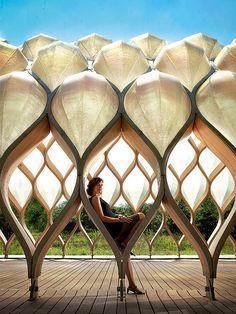 A arquiteta Jeanne Gang no pavilhão que projetou para o zoológico de Chicago