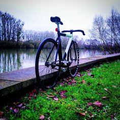 Small bike ride on the Seine  #igersparis #topparisphoto #fixie #fixedgear #fixedgearbike #pignonfixe #piñonfijo #scattofisso #trackbike #leaderbikes #Leader725 #725 #paris #fixedgearisourdrug by streettitifixie