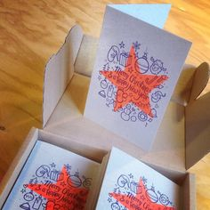 Kerstkaart - Risoprint - Risograph - mimeograph - duplicator - soja inkt - soy - fluoriscent orange - blauw - illustratie door Lienke Raben - Christmas - www.dekijm.nl