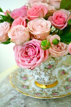 Floral Arrangement - Pink roses in a teacup Love Rose, My Flower, Pretty Flowers, Bouquet Champetre, Raindrops And Roses, Coming Up Roses, Rose Cottage, Beautiful Roses, Floral Arrangements
