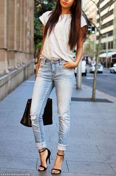 定番のジーンズと白Tシャツのコーデも大人っぽく。タイトなボトムスはシャツをインしてすっきり見せるのがお約束です。ヒールで女らしさもプラスして♡