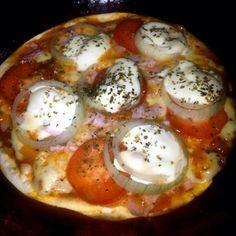 """Aprenda a preparar a receita de Pizza de frigideira sem fermento - a Pizza ficou pronta muito rapido. Vale a pena para matar aquele """"desejo"""" rapido."""