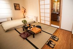 Bed & Breakfast a Roma, Italia. Japanese Room with tatami floor, futon bed, private bathroom. La nostra zen room Midori è caratterizzata da un design pulito,uno spazio libero,pari a una mente (website hidden) minimalismo dei materiali:si focalizza l'attenzione sulla bellezza di...