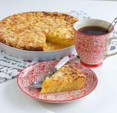 Åh denna kaka är underbar och sååå god! Den blir härligt mjuk och saftig av vaniljkrämen som man tillsätter i smeten. Den blir ännu godare dagen efter den har bakats, perfekt om man vill förbereda fikat i god tid. Ca 12-14 bitar vaniljkaka Vaniljkräm: 6 msk snabbvispad marsanpulver (se bild) 4 dl mjölk 2 msk vaniljsocker Smet: 250 g rumstemprerad smör 4 dl socker 4 ägg 2 ½ tsk bakpulver 5 dl vetemjöl Garnering: 50 g mandelspån TIPS! Du kan smaksätta kakan med 2 tsk kardemumma eller 0,5 g… Candy Recipes, Baking Recipes, Cookie Recipes, Dessert Recipes, Swedish Recipes, Sweet Recipes, No Bake Desserts, Just Desserts, Zeina