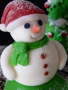 Bonhomme neige modelage pâte à sucre 1 Christmas Cake Designs, Christmas Cake Topper, Christmas Cake Decorations, Fondant Decorations, Christmas Cupcakes, Fondant Minions, Christmas Baking, Christmas Crafts, Decors Pate A Sucre