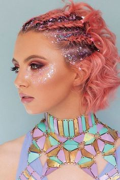 Glitter für das Gesicht und die Haare liegt momentan voll im Trend ❤ Es sieht… Glitter for the face and hair is currently very much in fashion ❤ It also looks so cute and is perfect for festival makeup Make-up idea with glitter Coachella Make-up, Glitter Carnaval, Make Carnaval, Rave Hair, Festival Trends, Rave Festival, Festival Style, Festival Fashion, Glitter Roots