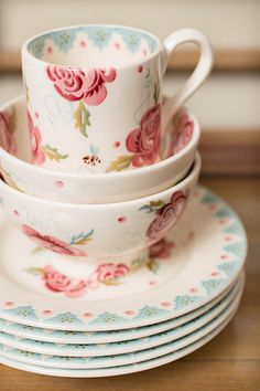 Sweet English roses, perfect for a tea party. Emma Bridgewater - Rose & Bee
