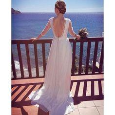 Y así nos mostraba ella misma una espalda elaborada con bordados florales en algodón, puntilla en su amplio escote y con botones del fajín forrados en seda. Blanca y radiante el día de su #boda ✨ #Novia #VictoriaSalas #Almería | info@victoriasalas.com Fotografía prestada de @tonylogarciastylist8.9  #couture #vestidodenovia #weddingdress #bride #bridal #wedding #weddingday #white #dress #vestido #fashion #style #moda #design #designer #hechoamedida #handmade #madeinalmería #soyalmería…