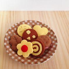 ご覧いただきありがとうございます。フェルトで作ったクッキーの詰め合わせです。瓶に入れて飾っておいてもかわいいですし、お子さまのおままごとにもぴったりです。☆セット内容☆・お花・はっぱ・アーモンド・うずまき・クリームサンド・ハート・チョコチップ各1個ずつお...