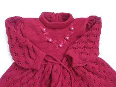 Conjunto composto em 2 peças ..em trico artesanal - 1 Vestido em tramas rendadas ..com bordado feito a mão - 1 Calça toda lisa ....com pezinhos tipo meia Veste de 2 a 4 meses Cores vermelho....rosa claro cravo. pink..chiclete amarelo...branco..melancia