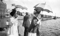 """Helsinkikuvia.fi . """"Rouva Berta Fazer, konsuli Karl Stockmann ja rouva Ester Stockmann Eteläsatamassa Linnanlaiturilla."""""""