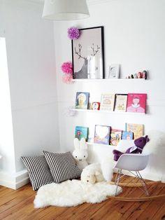 Lastenhuone, lukunurkkaus, kirjahyllyt