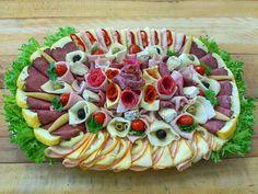 Obložená mísa s uzeninami, sýry a zeleninou od www.cukrovi-kuncovi.cz kdo má v oblibě sýr uzený, madeland, eidam, chilli sýr, blaťácké zlato, hermelín s provensálským kořením a s uzenin je to šunka, debrecínka, hovězí kýta, moravské uzené, italský salám, papriká, poličan a zelenina zastoupená paprikou, salátem, olivami, rajčáty i okurkou to vše je zastoupeno na této obložené míse. Kdo má chuť ať se dívá, ostatní mohou objednávat na www.cukrovi-kuncovi.cz/kontakt-prijem-objednavek Cake Wedding, Red Peppers, Pie Wedding Cake, Wedding Cakes, Wedding Cake