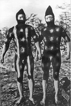 The Lost Tribes Of Tierra Del Fuego: Rare And Haunting Photos Of Selk'nam People Posing With Their Traditional Body-Painting. One of the last such ceremonies was performed in 1920 and recorded by the missionary, Martin Gusinde. Photo Pro, Patagonia, Aboriginal History, Mode Costume, Haunting Photos, People Poses, Famous Pictures, African Tribes, Jungle Life