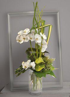 Céleste: Bouquet  en hauteur d'orchidées phalaenopsis blanches et anthuriums verts avec travail de feuillage graphique #anthuriums #fleurs #phalaenopsis