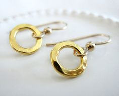 Hammered Gold Or Silver Earrings / Gold Circle von VerseJewelry