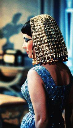 """El padre de Cleopatra, Ptolomeo XII, conocido como """"Auletes"""", era un soberano nada querido por su pueblo por la despreocupación que mostraba ante los graves problemas que asolaban a Egipto, por su manifiesta corrupción, y por ser más amante de las fiestas que de las cuestiones de Estado. Conseguía mantenerse en el trono gracias a la ayuda romana que recibía merced a sus continuos sobornos y promesas de tributos diversos."""