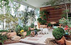 Mesmo morando em apartamento, os cães Billy e Burtikus podem brincar na grama – e também usá-la para fazer as necessidades. Na varanda, a paisagista Ivani Kubo idealizou uma contenção de cruzetas e, dentro dela, colocou uma camada de argila, outra de manta geotêxtil, depois terra e grama-são-carlos