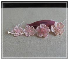 桜のお花をいろいろとつくってみました。編み方は すべて同じです。向かって、右はいつもの白っぽいピンクのリボンで次はオーガンジータイプの淡いピンクのリボンで...